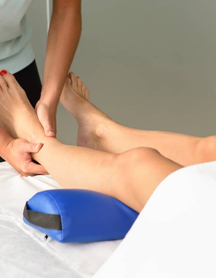 medical-massage-at-the-foot-in-a-physiotherapy-THV3ESK