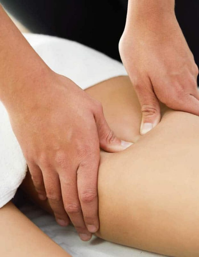 medical-massage-at-the-leg-in-a-physiotherapy-VZBU2QT